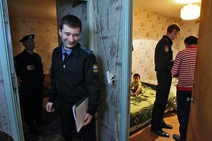 Задолжавший за услуги ЖКХ россиянин развеселил приставов частушками