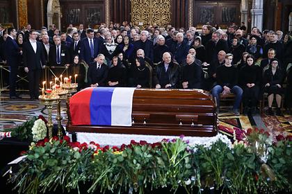 Родственники объяснили закрытый гроб на похоронах Лужкова