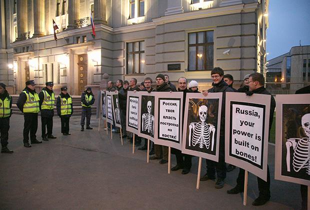 Пикет в Риге против подписания договора о границе с Россией.
