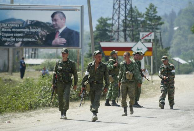Российские военнослужащие направляются в сторону Цхинвала, 2008 год.