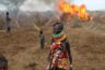 Треугольник Илеми — клочок земли вдоль границы Кении с Эфиопией и Южным Суданом — является самой северной оконечностью Турканы, беднейшего округа, который служит поводом для вечных споров местных племен.  <br> <br> Серия смертельных столкновений между общиной племени турканы и другими этническими группами, пришедшими из Южного Судана, заставила местное население волноваться. Опасность вполне реальна: в этой местности можно встретить валяющиеся на земле черепа, кости, клочки одежды. Жизнь здесь крайне бедная: люди пьют из тех же грязных водоемов, что и животные, а дети вместо школ ходят пасти коров, так как именно скотина здесь — самая важная валюта. Чистая вода из скважины — в двух часах езды, а ближайший полицейский участок еще дальше. В то время, что фотограф Горан Томашевич провел с племенем, на население не нападали, однако при каждом кочевании община высылала разведчиков, чтобы обезопасить путь и попытаться обнаружить потенциальные засады грабителей, охочих до скота. «Сначала наблюдатели увидели след, а затем шпиона из конкурирующей этнической группы, который скрылся в кустах. Ожидая нападения, молодые люди хватались за оружие, а матери хватали своих детей — в этом отдаленном районе северной Кении мало сил государственной безопасности», — вспомнил он.