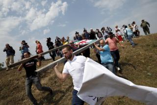 Протестующие в Грузии переносят знак, отмечающий границу Южной Осетии