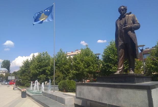 Памятник первому президенту независимого Косова Ибрагиму Ругова в Приштине