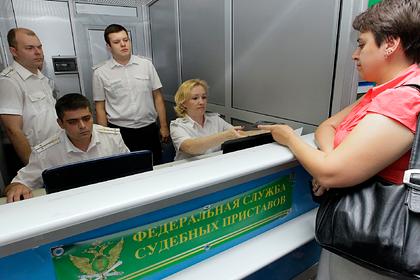 Названо число потенциально невыездных из-за долгов россиян
