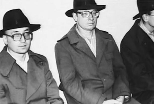 Василий Кулик (крайний слева) на следственном эксперименте