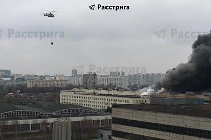 Появилось видео тушения вертолетом огромного склада тканей в Москве