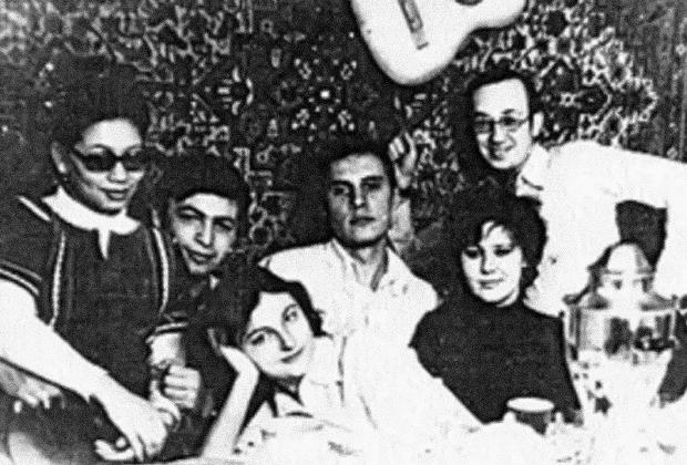 Василий Кулик (крайний справа) в компании друзей