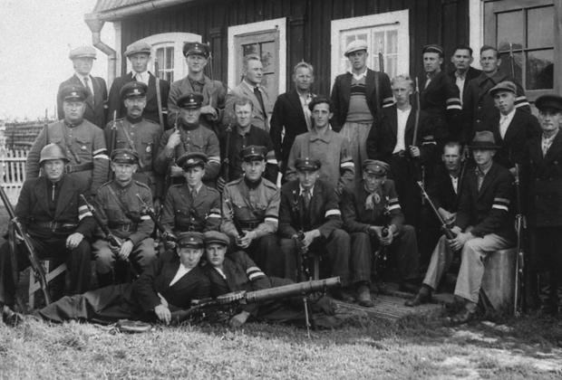 Во втором ряду четвертый слева— командир «лесных братьев» и первый начальник местной «Омакайтсе» младший сержант Йоханнес Лепп.