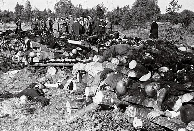 Костры с сожженными трупами в лагере Клоога и члены чрезвычайной комиссии по расследованию массовых казней, сентябрь 1944 года
