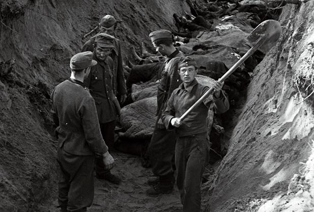 Немецкие военнопленные заканчивают рыть могилы для жертв массовой казни, сентябрь-октябрь 1944 года