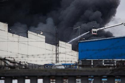 В МЧС опровергли полную ликвидацию пожара на складе в Москве