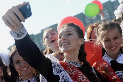 В России назвали число запретивших смартфоны на уроках школ