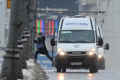 Не оплатившую проезд российскую школьницу заставили попрошайничать