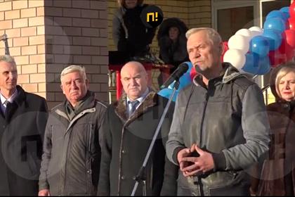 В России депутат подарил чиновнику баночку вазелина на открытии школы