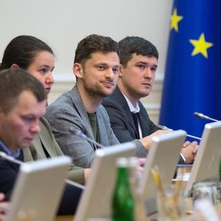Дмитрий Дубилет (второй справа)
