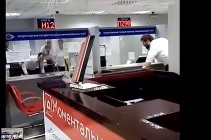 Кипяток с потолка полился на посетителей МФЦ в российском регионе