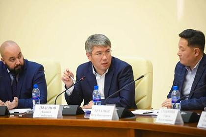 Алексей Цыденов (в центре)