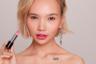 Нежно-розовый флюид Get the hype! Lipfluid с голографическими блестками будет смотреться на губах привлекательно.