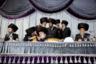 Фотограф Assosiated Press показал, как проходит типичная ультраортодоксальная еврейская свадьба. По традиции лицо невесты полностью скрыто плотной белой завесой, а мужчины по случаю торжества надевают  меховые хасидские головные уборы — штраймлы.