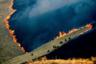 Борьба с пожаром в районе Брентвуд, где располагаются роскошные имения Голливудских звезд. Ежегодно Калифорния, самый населенный американский штат, терпит ущерб от плохо контролируемых лесных пожаров. Дотла сгорели дома Джерарда Батлера, Майли Сайрус и других обитателей Голливудских холмов.