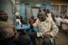 Жители северной части Нигерии ожесточенно, но дружественно, за кружечкой пива в уличном баре, спорят о переносе выборов.  <br> <br> Предвыборная гонка сопровождалась серией громких скандалов. В ходе кампании был отстранен и задержан верховный судья Нигерии Уолтер Онноген. Все споры между кандидатами решает именно Верховный суд — в случае, если несогласная с результатами сторона предъявит претензии. Оппозиционеры обвинили правящую партию в политических репрессиях против судьи. <br> <br> Первоначально выборы были намечены на 16 февраля, но за несколько часов до начала их решили отложить из-за проблем с доставкой избирательных материалов на участки. 23 февраля нигерийцы все-таки выбрали президента, вице-президента и сенаторов от штатов. В конечном итоге победил действующий президент Нигерии Мохаммаду Бухари.