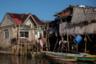 Ситио Париахан находится всего в 17 километрах к северу от филиппинской столицы Манилы — в муниципалитете Булакан. Деревня ранее располагалась на небольшом острове, однако теперь земли вокруг не увидишь: каждый год она погружается под воду примерно на четыре сантиметра.