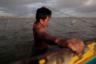 Семья Даники зарабатывает на жизнь ловлей крабов. «Без лодки здесь вы парализованы», — говорит мать девочки Мэри Джейн. Она продает крабов, которые ловит ее муж, на городском рынке.