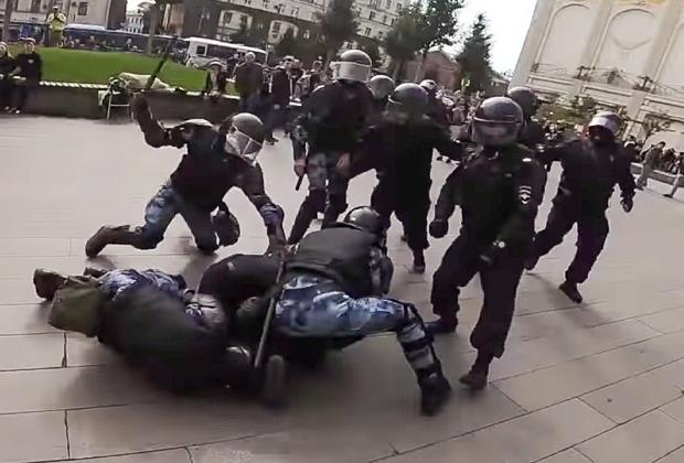 Момент задержания актера Павла Устинова
