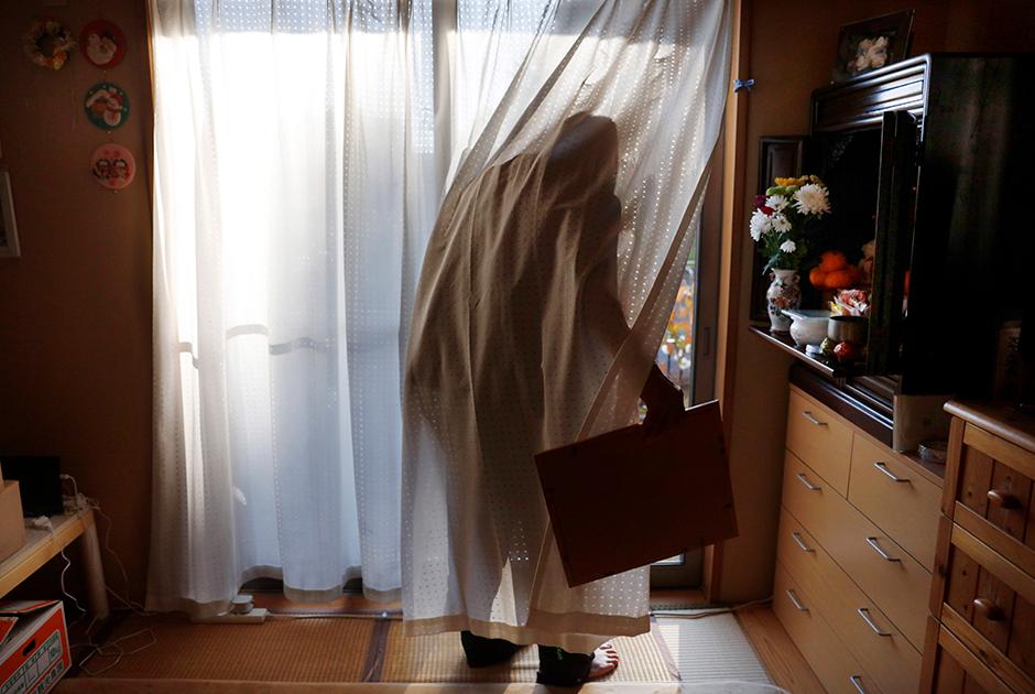 """Постиранное белье до сих пор висит на улице одного из домов в фукусимском городке Футаба. Его улицы сейчас пусты, а сквозь разбитые окна и перекошенные двери видны остатки чужой жизни. Обувь в домах ожидает своих хозяев, но вот властвуют там сейчас не люди, а крысы.  <br></br> «Это """"Олимпиада восстановления"""" только на словах. Огромные деньги, потраченные на нее, должны были использовать для настоящей реконструкции», — говорит 71-летний Тосихидэ Ёсида (Toshihide Yoshida). Его эвакуировали из Футабы после землетрясения, сейчас он живет неподалеку от Токио."""