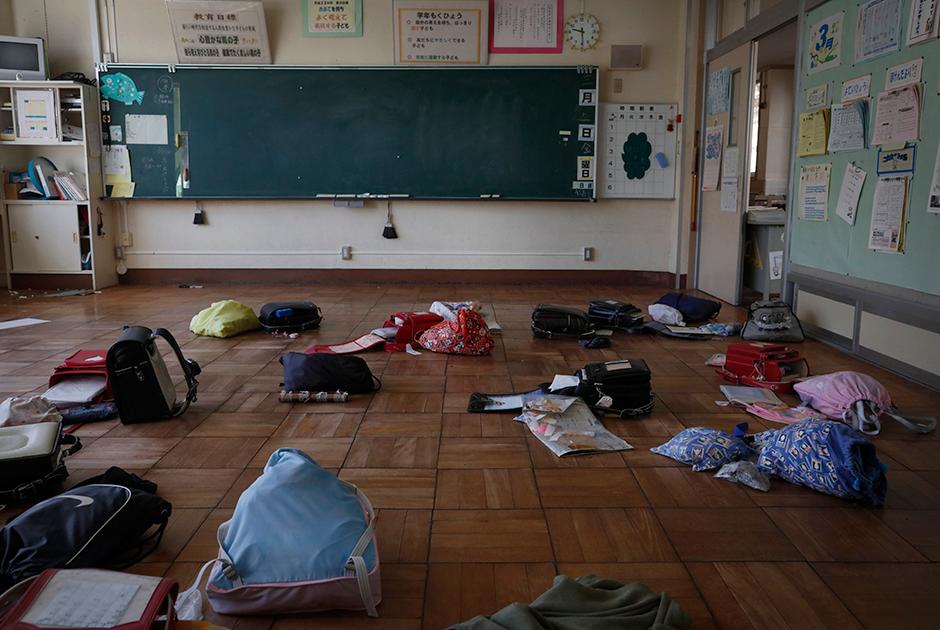 """В Футабе 21 человек погиб из-за цунами. Волны высотой до 16 метров уничтожили в том числе популярный приморский сосновый лес. Часы на одном из выстоявших во время стихии прибрежных домиков застыли и теперь всегда показывают 15:37.  <br></br> Всего из-за землетрясения магнитудой 9,1 и последовавшего за ним цунами в Японии погибли около 20 тысяч человек. Непосредственно от радиации никто из жителей территорий вокруг АЭС «Фукусима-1» не погиб. В то же время в 2018 году <a href=""""https://lenta.ru/news/2018/09/05/fukushima/"""" target=""""_blank"""">зафиксировали</a> смерть работавшего на различных атомных станциях мужчины. Он в том числе бывал и на аварийной АЭС."""