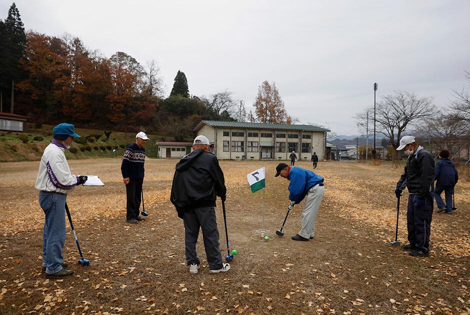 Выброс радиации на «Фукусиме-1» привел к переселению более 160 тысяч человек. Сейчас значительная часть зараженных участков вокруг нее очищена.  <br></br> Футаба, по сути, единственный населенный пункт, возвращение в который запрещено. Его территорию практически полностью дезактивировали, находиться на улицах там можно без костюмов, хотя и с личными дозиметрами. Рекомендуется также надевать медицинские маски. <br></br> Сейчас в поселок приезжают в основном специалисты по дезактивации и реконструкции, а иногда и местные жители для проверки оставленных домов. Главную железнодорожную станцию Футабы планируют открыть в марте 2020-го, но жителям возвращаться туда можно будет не раньше 2022 года. Однако на примере соседних поселков Окума и Намиэ можно увидеть, что даже отмена приказа об эвакуации не означает полностью свободного доступа: «труднодоступные территории» в них все еще занимают большую часть.