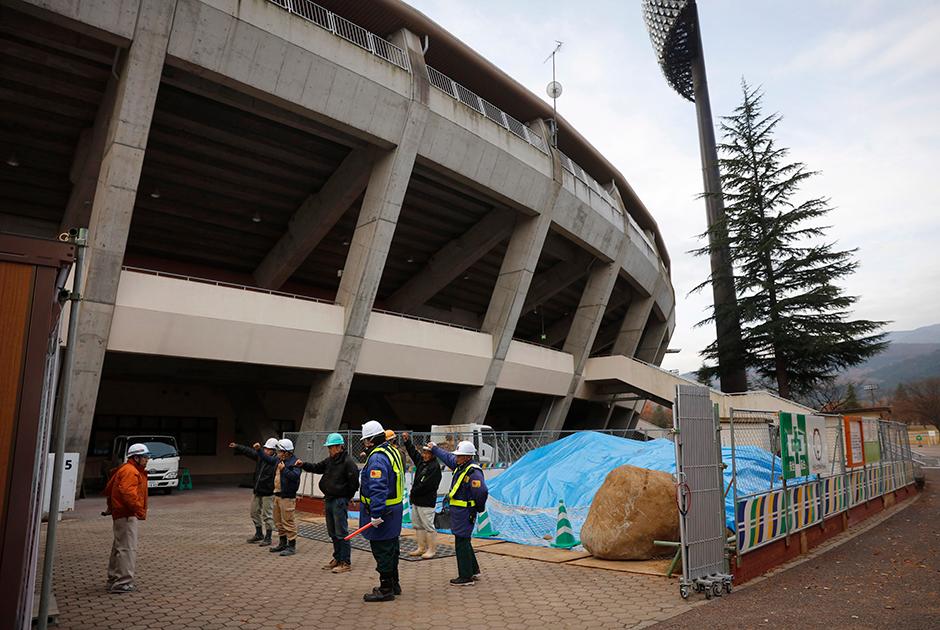 Эстафета олимпийского огня начнется в марте на футбольном стадионе J-Village, который после аварии на АЭС использовали в качестве центра экстренного реагирования. Она охватит в том числе 11 населенных пунктов, пострадавших в 2011 году, но не Футабу.