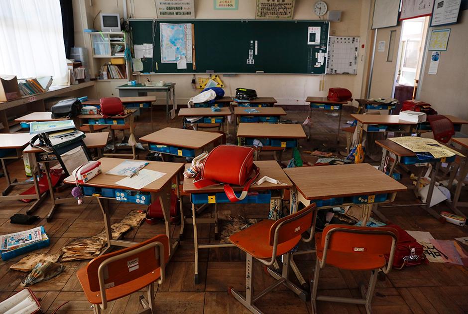 Местная начальная школа ничуть не изменилась за девять лет и похожа на музей. Школьные рюкзаки, учебники и тетради лежат на тех же местах, где их оставили владельцы, на досках до сих пор написано «пятница, 11 марта». Бывший представитель местных властей, показывающий обстановку посетителям, извиняется за затхлый запах и крыс: «Дайте знать, если почувствуете себя плохо». Сейчас неиспользуемыми остаются 96 процентов территории Футабы.