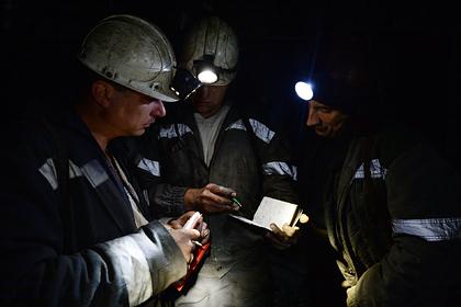 Бастующим из-за зарплаты российским шахтерам выдали продуктовые карточки