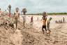 Местом для работы фотографы выбрали Бангладеш — страну, наиболее уязвимую к последствиям изменения климата. На это влияет не только рельеф местности, плотность населения, его бедность, но и географическое положение государства: оно находится в устье одной из крупнейших в мире рек, на уровне моря, из-за чего ураганы здесь — частое явление. Территория Бангладеш зажата между Гималаями и Индийским океаном и поэтому подвержена ежегодным муссонам и сезонному таянию снегов. Однако несмотря на трудности, жители адаптируются к невзгодам, проявляя упорство и смекалку.