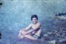 Дарья и Евгений Молодцовы нашли на свалке неподалеку от своей дачи историю целой человеческой жизни: книги, пластинки, одежду, посуду, фото, принадлежавшие некой Елене Эдуардовне Рамус. Женщина родилась в 1939 году, работала в НИИ, много путешествовала, будучи на пенсии, детей, похоже, не имела — почти везде на снимках она была одна. Через месяц свалка исчезла так же внезапно, как и появилась, но Молодцовы нашли способ сохранить память о Рамус.