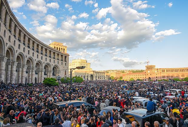 Участники массовых протестов на центральной площади Еревана, апрель 2018 года