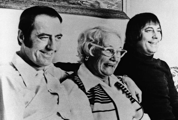 Джим Льюис (слева), его приемная мать Люсиль и Джим Спрингер