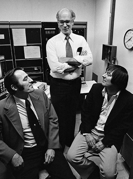 Джим Льюис (слева) и Джим Спрингер с психологом Томасом Бушаром-младшим