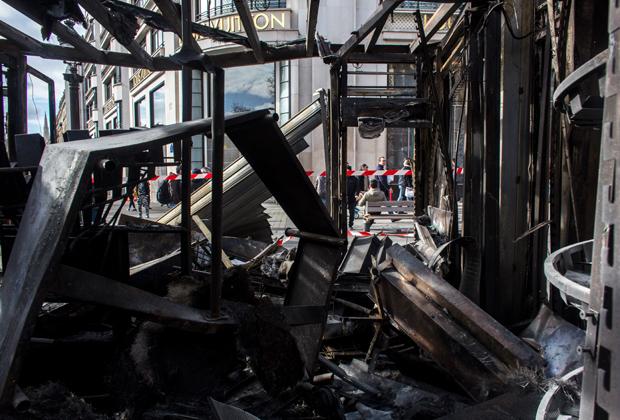 Ресторан Le Fouquet's в Париже, разрушенный во время демонстраций