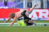 Стюард пытается задержать фаната, выбежавшего на поле во время матча группового этапа чемпионата мира по крикету между Новой Зеландией и Англией.  Внимание, спойлер: любителя побегать в неглиже в конце концов схватили.