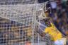 В марте «Тигрес» разгромил «Пачуку» в матче чемпионата Мексики со счетом 3:0. Колумбийский форвард Хулиан Киньонес не сумел вогнать мяч в сетку ворот. Зато в одном из эпизодов побывал в ней сам.