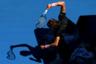 Представитель Германии Саша Зверев срывает злость на собственной ракетке в матче Australian Open против канадца Милоша Раонича. Расстроиться было от чего — Зверев проиграл в трех сетах.