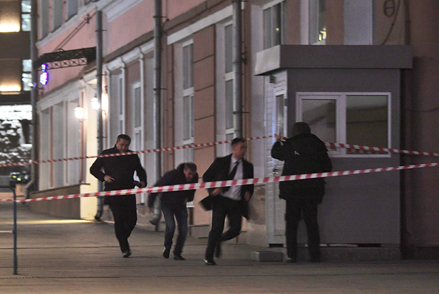 Около 18:10 в четверг, 19 декабря, стало известно, что в центре Москвы, в приемной ФСБ на Кузнецком Мосту произошла стрельба. По предварительным данным, трое неизвестных открыли огонь в приемной. При этом двое нападавших были ликвидированы ответным огнем.