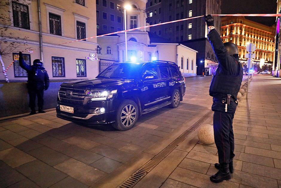 Около 19:15 подозреваемый, который вел стрельбу у здания ФСБ на Лубянке, был ликвидирован, как и его сообщники. Однако он оставил чемодан, который должны проверить саперы. «Нападавших ликвидировали. Но, говорят, что где-то остался от них чемодан. Ждут саперов», — сообщил источник RT.