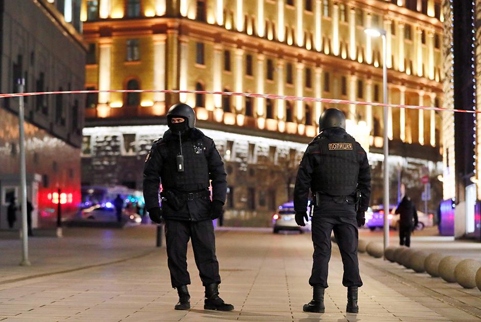 По состоянию на 18:30 рядом с комплексом зданий ФСБ были слышны стрельба и крики. При этом сотрудники полиции укрывались за машинами. Около 19:00 в район стрельбы у здания ФСБ на Лубянке прибыл спецназ.