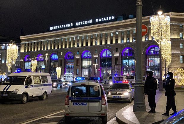 Лубянская площадь, возле главного здания ФСБ.