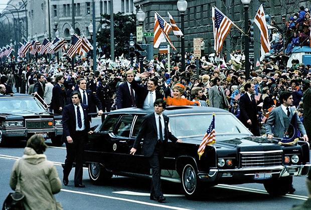 Рейган с супругой приветствуют американцев в день инаугурации