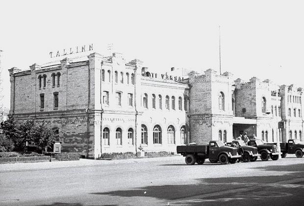Здание Балтийского железнодорожного вокзала в Таллине. Фотография 1955 года