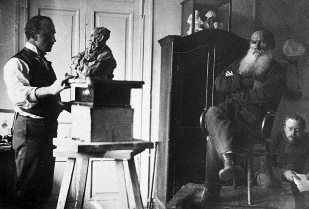 Скульптор Павел Трубецкой работает над скульптурным портретом графа Толстого, 1899 год